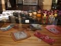 """Kavinėje-parduotuvėje """"Raganė"""" galite paskanauti net 15 rūšių rankų darbo virtinukų ir įsigyti Lietuvos amatininkų gaminių"""